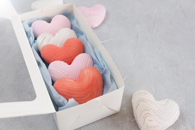 コピースペース付きのギフトボックスにバレンタインデーのハート型のクッキー。