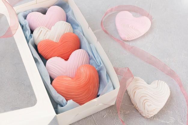 バレンタインデーのハート型のクッキーをギフトボックスに入れました。