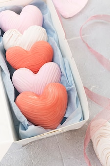 Печенье в форме сердца на день святого валентина в подарочной коробке.