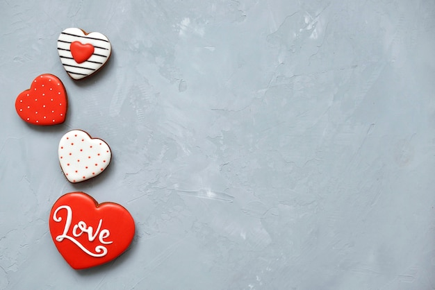 バレンタインデー美しいパターンのジンジャーブレッドでアイシングで覆われたアルティメットグレーの背景に自家製クッキー。