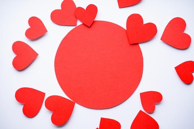 バレンタイン・デー。母の日の背景。愛の概念。白い背景、フラットレイ、テキスト用のスペースに紙のハート。