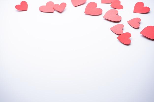 バレンタイン・デー。母の日の背景。愛の概念。テキスト用のスペースがあり、白い背景に紙のハート。