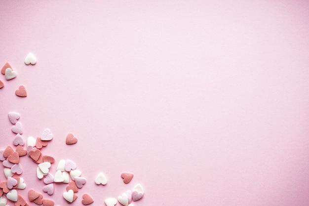 День святого валентина. день матери фон. концепция любви. сладкие сердечки на пастельном фоне, с пространством для текста, плоская планировка.