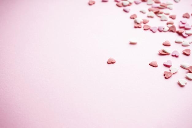 День святого валентина. день матери фон. концепция любви. сладкие сердечки на пастельном фоне с пространством для текста.
