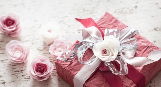 Il giorno di san valentino e la festa della mamma concetto, confezione regalo rossa
