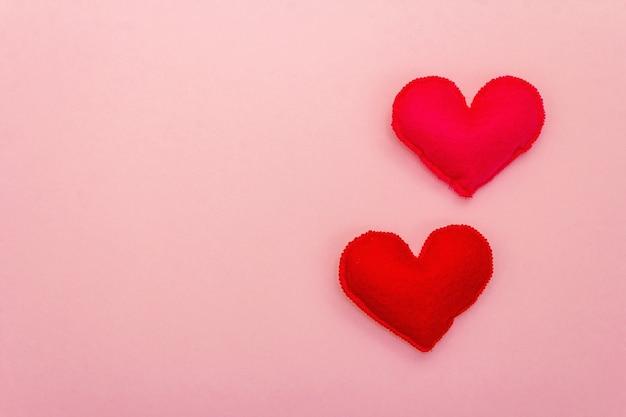 발렌타인 데이 또는 결혼식 낭만적 인 개념. 분홍색 배경, 평면도, 복사 공간, 평면 위치에 분홍색과 빨간색 하트