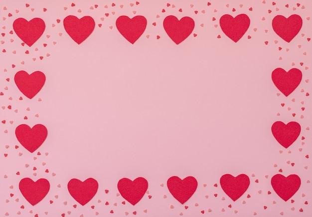 빨간 심 혼을 가진 발렌타인 핑크 배경입니다. 발렌타인 데이 인사말 카드.
