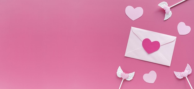День святого валентина. розовые сердечки, конверт на фиолетовом фоне
