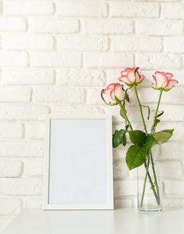 발렌타인 데이. 프레임과 핑크 장미를 모의 포스터