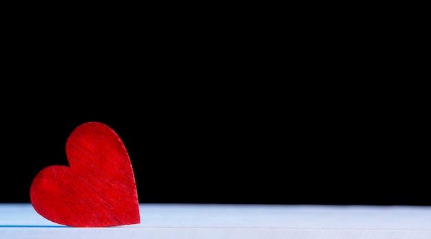 バレンタイン・デー。木製の赤いハート