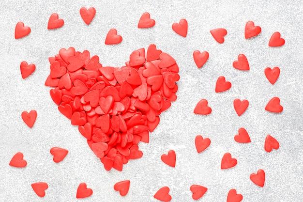 バレンタインデーの赤いハート型のスプリンクル。