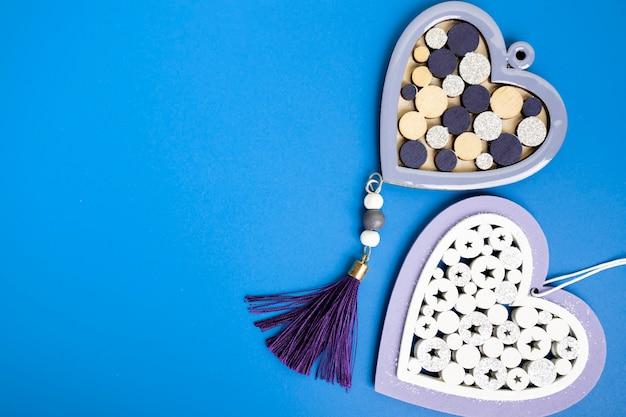 День святого валентина-романтика, любовь, два сердца на синем фоне с копией пространства