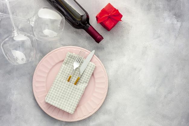 Романтический ужин в день святого валентина. вино, бокалы и цветы