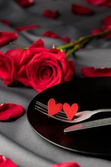 День святого валентина розы и тарелка со столовыми приборами и сердечками
