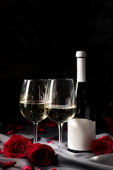 Стол на день святого валентина с вином и бокалами