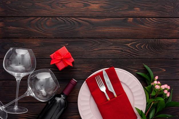 プレート、ワイン、グラスとバレンタインデーのテーブルセッティング