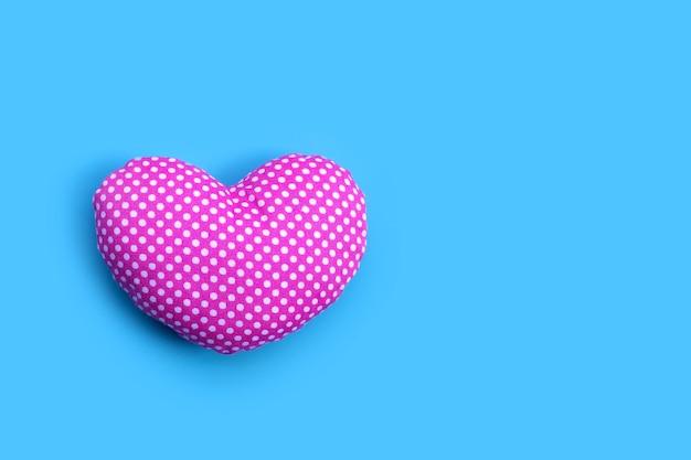 Сердце валентина на синей поверхности. копировать пространство