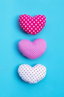 Сердца валентинки на голубой поверхности. копировать пространство
