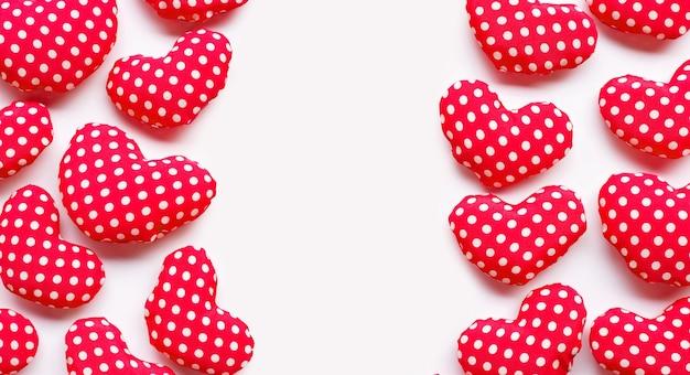 白い背景の上のバレンタインの心