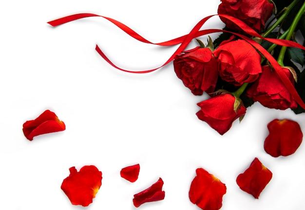 白い表面にバレンタインの赤いバラの花束