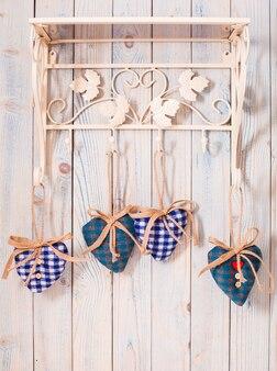 Валентина винтажный декор - голубые сердечки в мелкую клетку на крючках