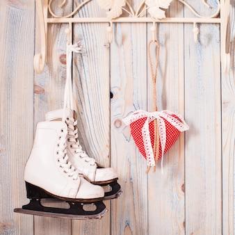 Валентина винтажный декор - красные сердечки в клетку на крючках