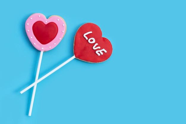 Valentineheart сформированное печенье на синей поверхности. копировать пространство