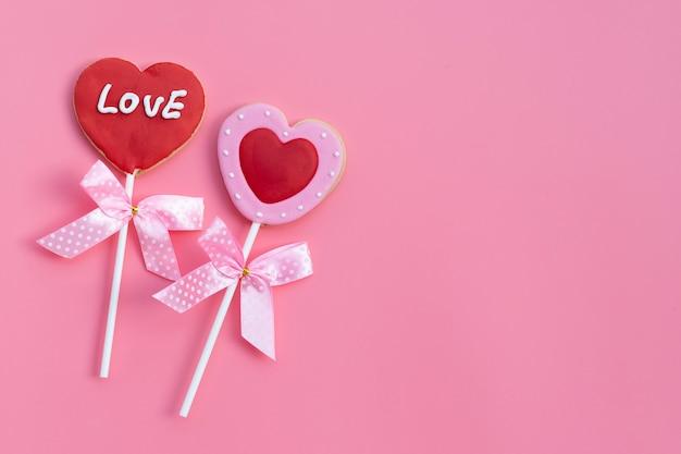 Валентинки в форме печенья на розовой поверхности. копировать пространство