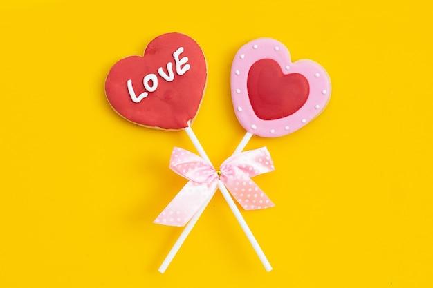 Valentineheart сформированное печенье на желтой поверхности. копировать пространство