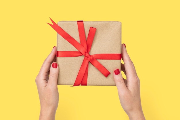 Подарочная коробка валентинки в руках