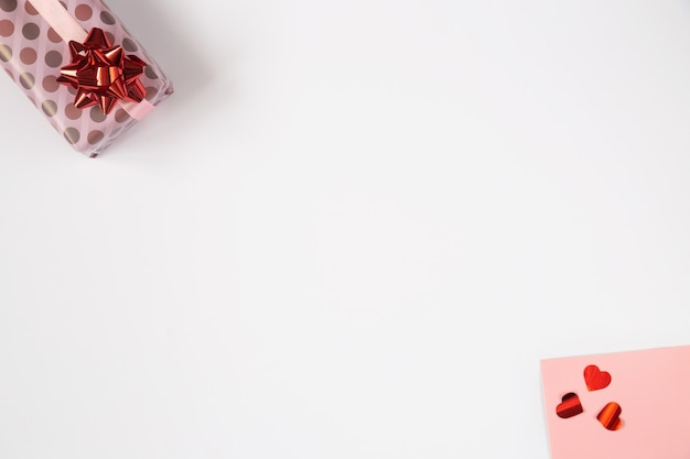Валентина фон, квартира лежала с розовыми подарками и красными сердцами. день рождения, день матери, фото дня валентинок с космосом экземпляра на белизне.