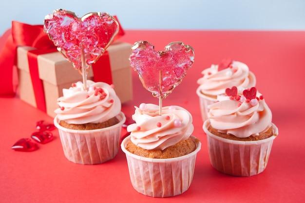 ハートキャンディーロリポップで飾られたバレンタインカップケーキ