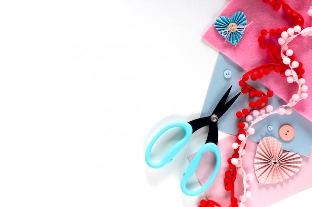 발렌타인 데이 및 2 월 14 일 휴일 배너. 선물 포장 작업 공간. 장식 선물 흰색 평평하다 평면도 축 하 준비 diy 개념 장식 만들기.