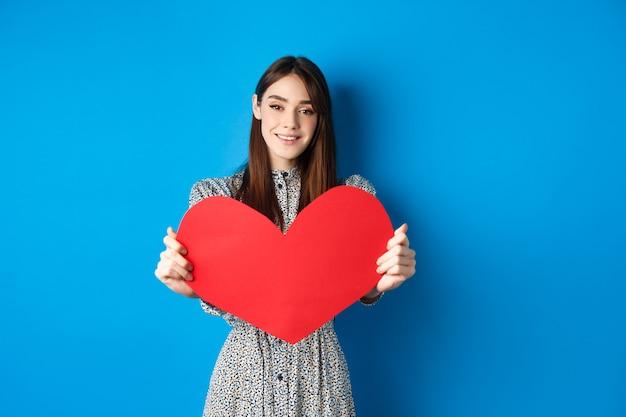 День святого валентина и концепция отношений красивая романтическая девушка говорит, что я люблю тебя, протягивая руку с ...
