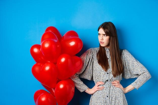День святого валентина рассердила и обеспокоила девушку, которая жалуется, смотрит влево на пустое место и хмурится ...