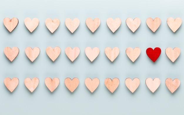День святого валентина фон пастельные сердца на синем фоне. поздравительная открытка.