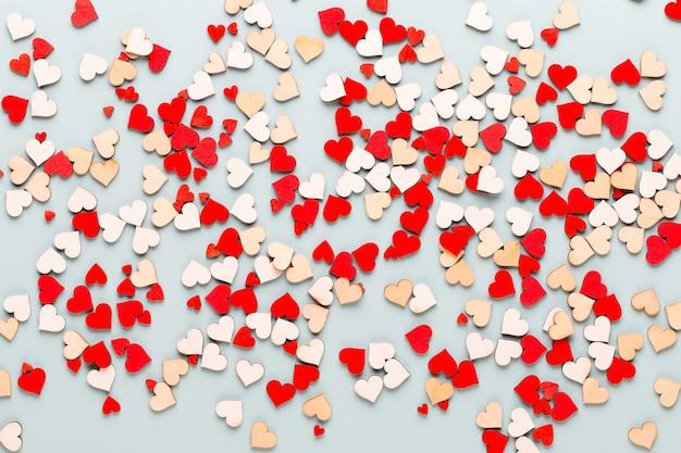 青い背景にバレンタインデーの背景パステルハート。グリーティングカード。