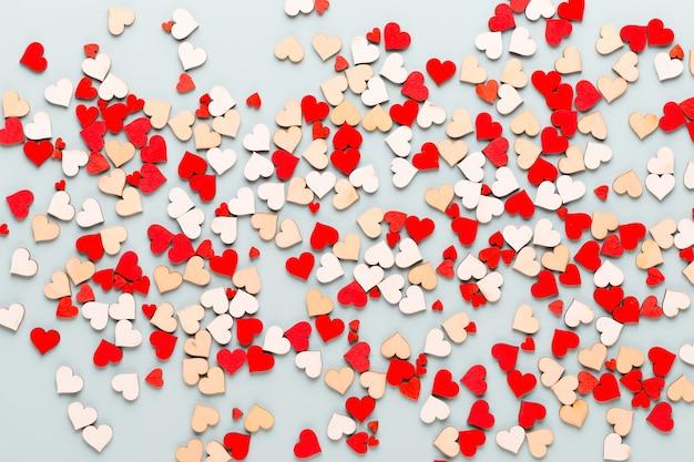 青い背景の上のバレンタインデーの背景パステルハート。グリーティングカード。