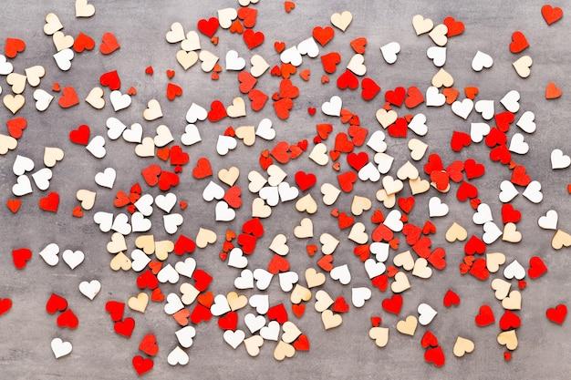 День святого валентина фон пастельные сердца на сером фоне. открытка.