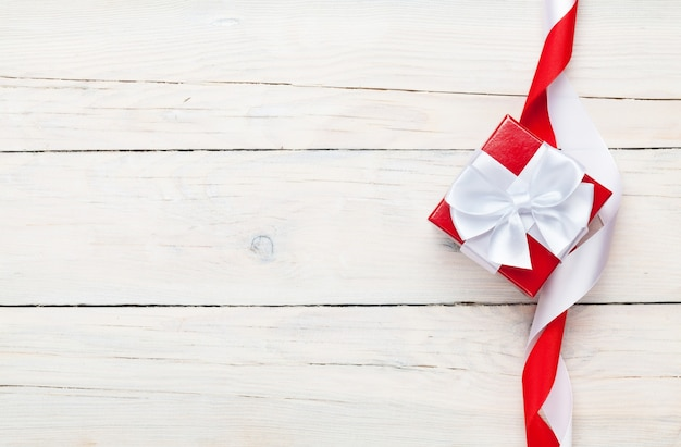 День святого валентина фон с подарочной коробкой на фоне белого деревянного стола