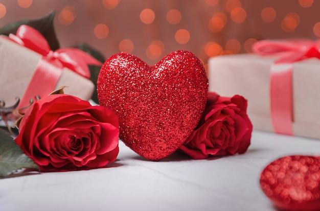 День святого валентина фон с сердцем, подарками и розами.