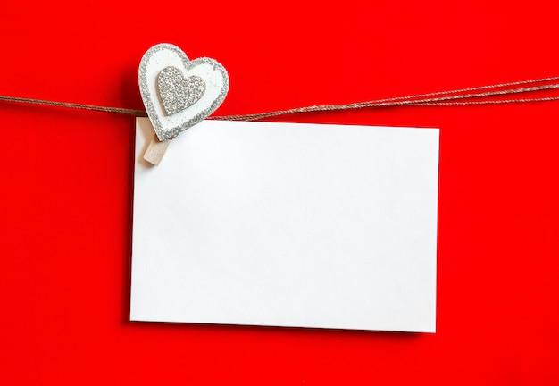 ハートとカードでバレンタインデーの背景。空のコピースペースと木製の背景の装飾