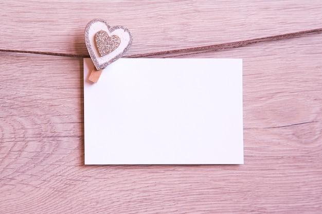 ハートとカードでバレンタインデーの背景。