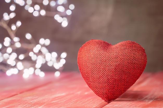 붉은 나무 테이블 위에 붉은 마음으로 발렌타인 데이 배경