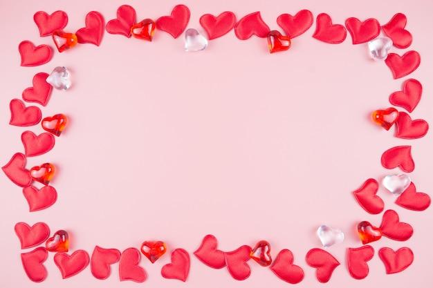 День святого валентина фон с красными сердцами на розовом фоне, место для текста