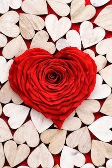 Предпосылка дня святого валентина с сердечками красной розы. открытки.