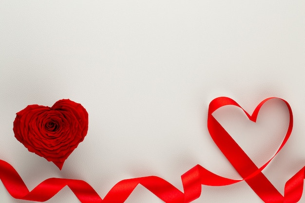 赤いバラの心とバレンタインデーの背景
