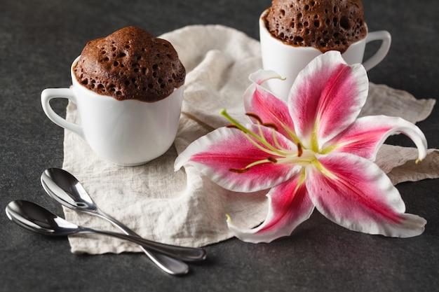 День святого валентина завтрак с кофе, пирожными и цветами