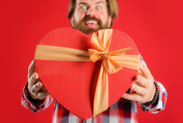 발렌타인 데이 축 하, 현재 사랑, 빨간색 선물을 가진 남자 심장 모양, 선택적 초점입니다.