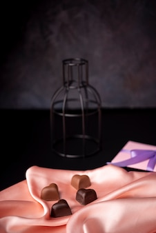 День святого валентина шоколад на атласе с подарком